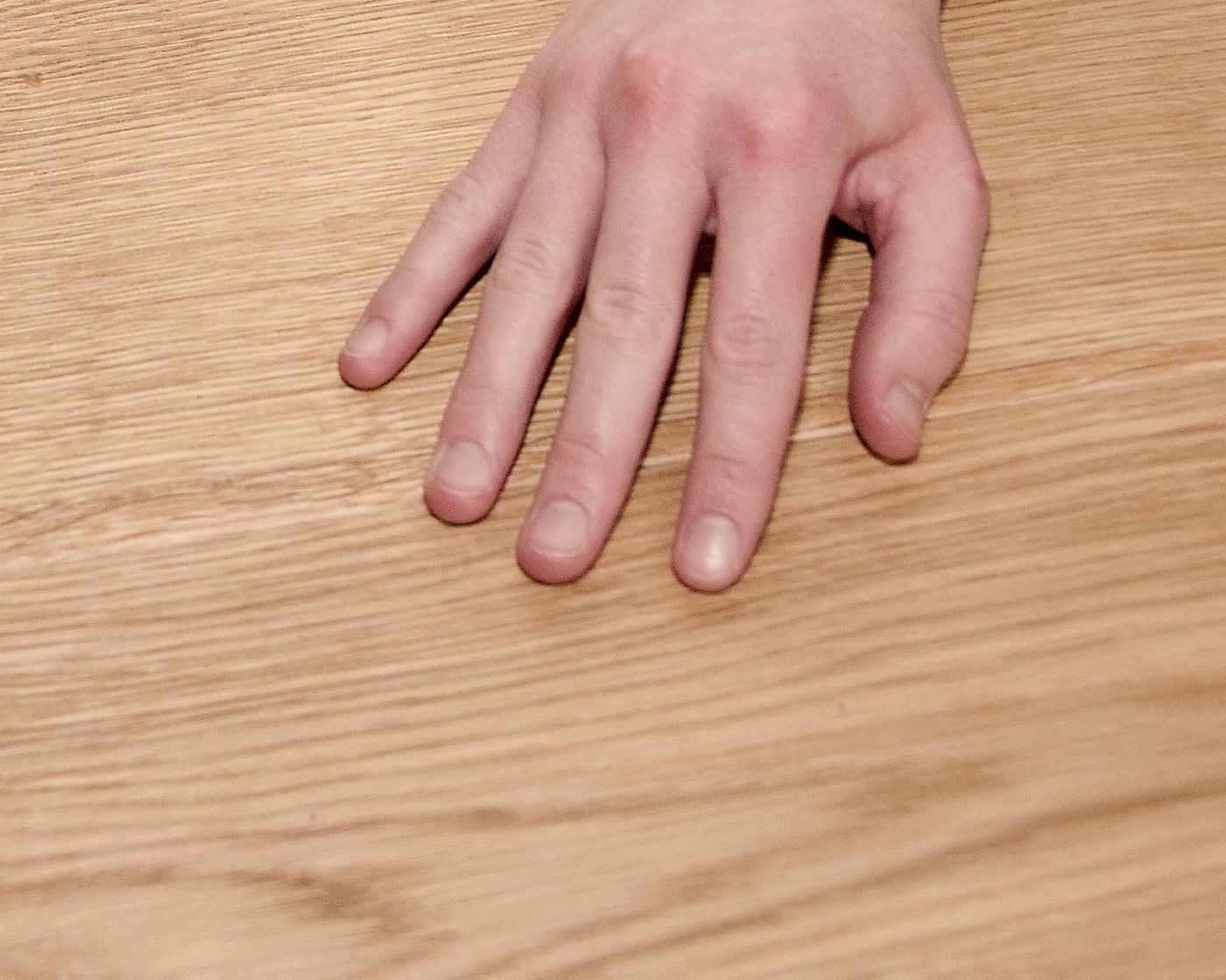 Hand auf Fußboden
